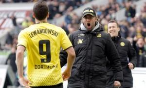 Голмайсторът Левандовски празнува отпразнуването на гола със своя треньор Юрген Клоп