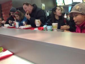 Снимка, на която треньорът на ЦСКА (Москва) Леонид Слуцки яде сандвичи в Макдоналдс стана хит сред привържениците на футбола в Русия.