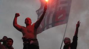 Футболните фенове са известни със свадите и перченето си по трибуните, но балканските ултраси напъват мускули и за политическо надмощие.