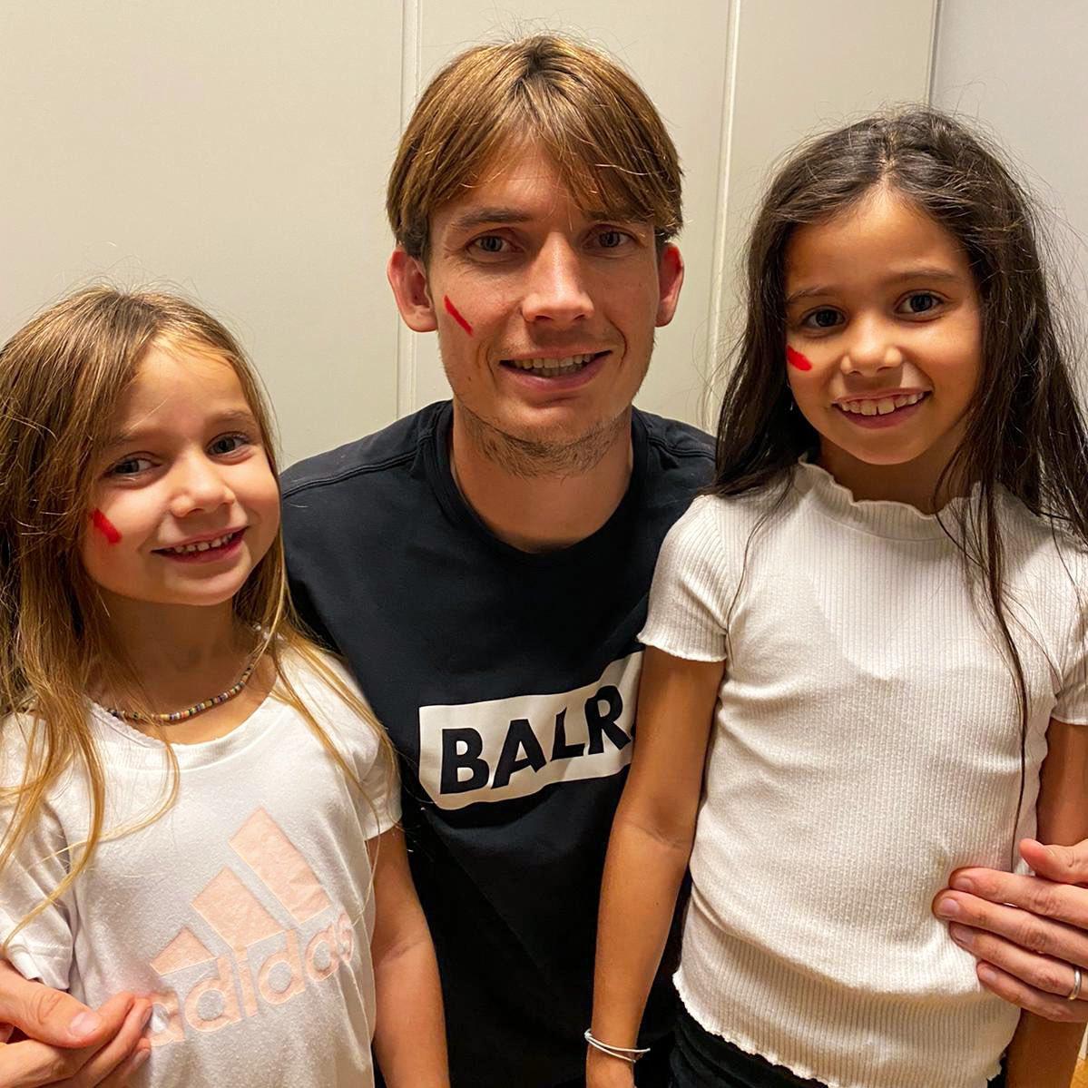 Мартин Де Рун се снима с дъщерите си.